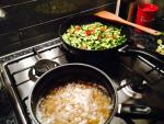 Cous cous vegetariano, ceci e zucchine con pomodorini in cottura